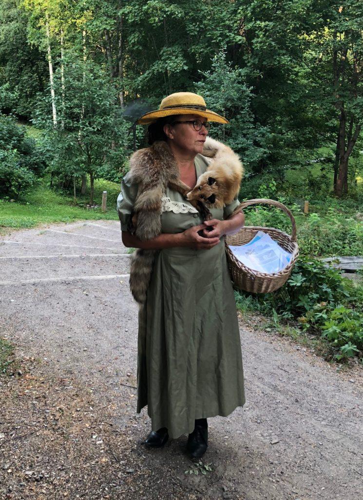 Neiti Aino Siviä Norrlin Norrlinin puiston portilla