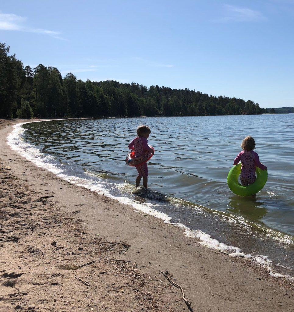 lapset uimassa hiekkarannalla